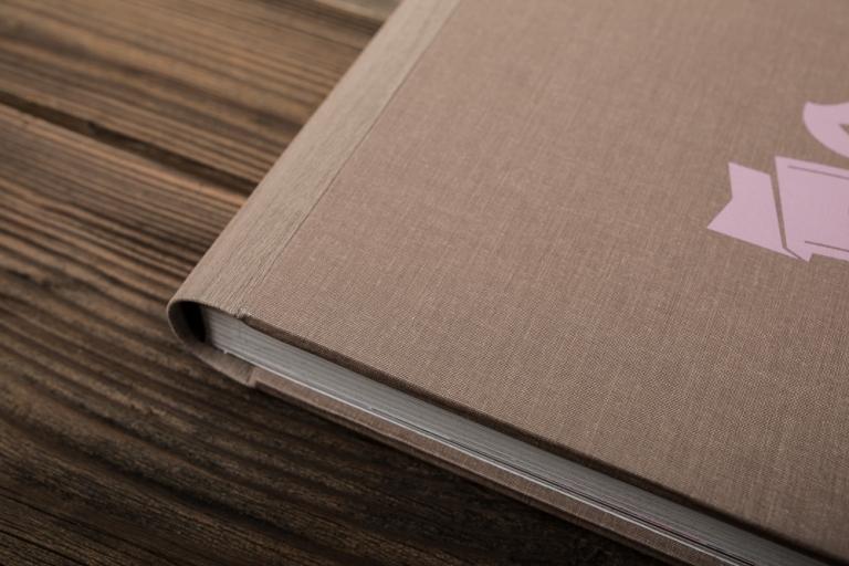 fotografo-matrimonio-udine-album-artigianale-persoalizzato-fotolibro-legno-tessuto-libri-genitori-albumini